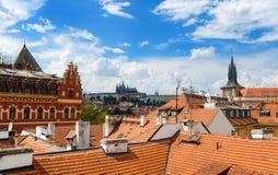 Tejados rojos y opinión de la ciudad en Praga fotografía de archivo libre de regalías