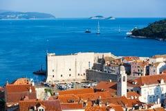 Tejados viejos en la puesta del sol - Croacia de la ciudad de Dubrovnik Foto de archivo libre de regalías