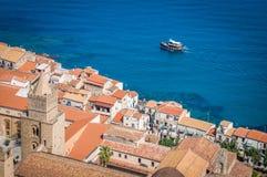 Tejados viejos y el barco Italia de la ciudad de Cefalu Fotografía de archivo libre de regalías
