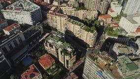 Tejados y bloque de viviendas en la ciudad de Francia de la ciudad de Mónaco Monte Carlo con los barcos y el casino del puerto ma metrajes