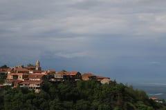 Tejados y la iglesia de la ciudad Signagi en el valle de Alazany foto de archivo libre de regalías