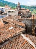 Tejados y torre en la ciudad de Castiglione di Sicilia fotos de archivo libres de regalías