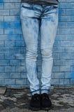 Tejanos delante de una pared azul Fotos de archivo