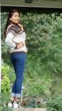 Tejanos que llevan del joven bonito de la muchacha Fotografía de archivo libre de regalías