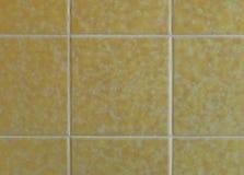 Tejas amarillas nostálgicas de la pared a partir de los años 70 Foto de archivo