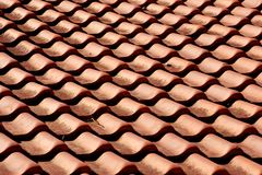 Tejas anaranjadas rojas de la arcilla en el modelo del tejado Fotos de archivo
