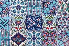 Tejas azules turcas hechas a mano en la pared en la ciudad de Estambul, Turquía Imagen de archivo libre de regalías
