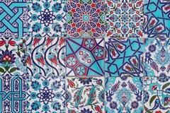 Tejas azules turcas hechas a mano en la pared en la ciudad de Estambul, Turquía Imagen de archivo
