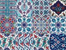 Tejas azules turcas hechas a mano en la pared en la ciudad de Estambul, Turquía Imagenes de archivo