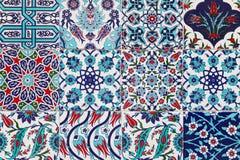 Tejas azules turcas hechas a mano en la pared en la ciudad de Estambul, Turquía Imágenes de archivo libres de regalías