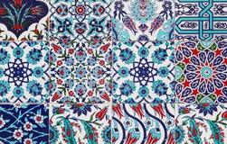 Tejas azules turcas hechas a mano en la pared en la ciudad de Estambul, Turquía Foto de archivo