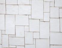 Tejas blancas irregulares en una pared Fotografía de archivo libre de regalías