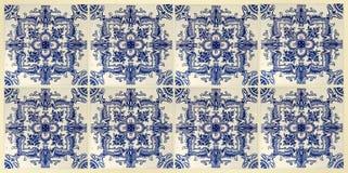 Tejas clásicas portuguesas reales de la pared en tonos azules Foto de archivo