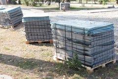 Tejas de la acera apiladas en una plataforma Gray Figured Paving Slabs Textura inconsútil de Tileable Fotos de archivo