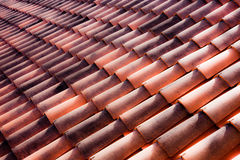 Tejas de la arcilla en un tejado italiano Imagen de archivo