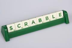 Tejas de la letra del Scrabble en el tablero Imagenes de archivo