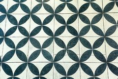 Tejas de la pared con el modelo circular blanco y negro repetidor Imagen de archivo libre de regalías