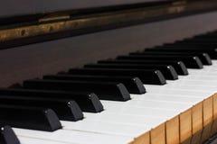 Tejas de madera viejas antiguas del piano foto de archivo libre de regalías