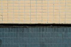 Tejas de mosaico en la fachada de una casa Fotos de archivo