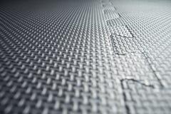 Tejas de suelo de goma negras resistentes dentro de un garaje Imagen de archivo libre de regalías