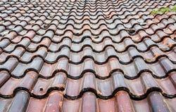 Tejas de tejado deslustradas viejas imagen de archivo libre de regalías