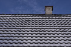 Tejas de tejado después de nevadas Fotografía de archivo libre de regalías