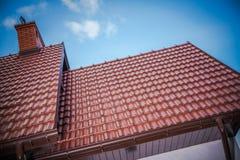 Tejas de tejado a estrenar de la casa foto de archivo