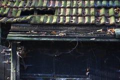 Tejas de tejado quebradas Imágenes de archivo libres de regalías