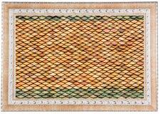 Tejas de tejado viejas del templo tailandés en el marco blanco Imagenes de archivo