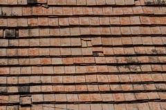 Tejas de tejado viejas hechas de terracota Foto de archivo