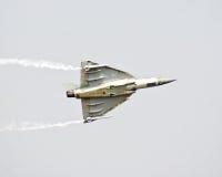 Tejas, el vuelo ligero de los aviones de combate en la aero- demostración 2013 de la India Imagenes de archivo