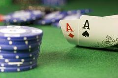 Tejas las sostiene los pares del as del póker Fotos de archivo