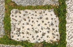 Tejas medievales del exterior del granito del castillo viejo sucio de la terraza Imagenes de archivo
