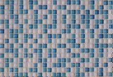 Tejas multicoloras de cerámica de cristal de los elementos blancos y azules imágenes de archivo libres de regalías