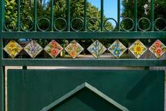 Tejas pintadas a mano puestas en puerta de la calle Imagen de archivo libre de regalías