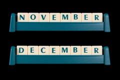 Tejas plásticas de la letra Las palabras incluyen noviembre y diciembre Fotos de archivo