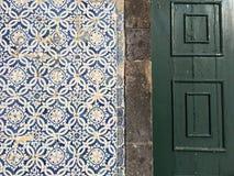 Tejas portuguesas en una pared imagen de archivo