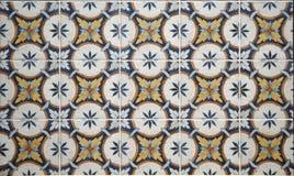 Tejas retras con adornos florales Se utilizan hoy principalmente en las paredes en la cocina Fotos de archivo