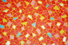 Tejas rotas rojas en fondo amarillo de la pared imagenes de archivo
