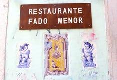 Tejas viejas de los ángeles de la muestra del restaurante del Fado, Portugal Imagen de archivo
