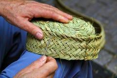Tejedor de la hierba de esparto de la cesta de costura del artesano Imagen de archivo libre de regalías