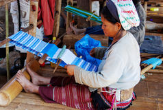 Tejedor de la mujer - Karen Tribal Village blanco, Mae Hong Son, Thailan imagenes de archivo