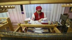 Tejedor en el estudio de la materia textil del ` de Tekstilnaya Plastika del ` del arte decorativo, en la institución presupuesta almacen de metraje de vídeo