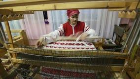 Tejedor en el estudio de la materia textil del ` de Tekstilnaya Plastika del ` del arte decorativo, en la institución presupuesta almacen de video