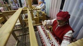 Tejedor en el estudio de la materia textil del ` de Tekstilnaya Plastika del ` del arte decorativo, en la institución presupuesta metrajes