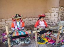 Tejedores nativos en Awana Kancha, Perú foto de archivo