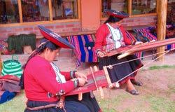 Tejedores peruanos tradicionales Fotos de archivo libres de regalías