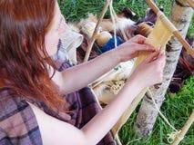 Tejer una correa de lana Imagenes de archivo