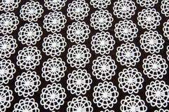Tejido negro con las figuras abstractas redondas blancas Foto de archivo