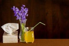 Tejidos y líquidos para el frío o la gripe con las flores para aclarar alcohol imagenes de archivo